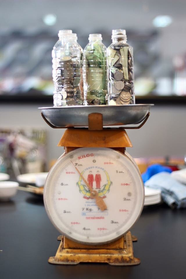 ผ่าขวด 10 ขวด ออกมานับเงิน ได้ 23,734 บาท
